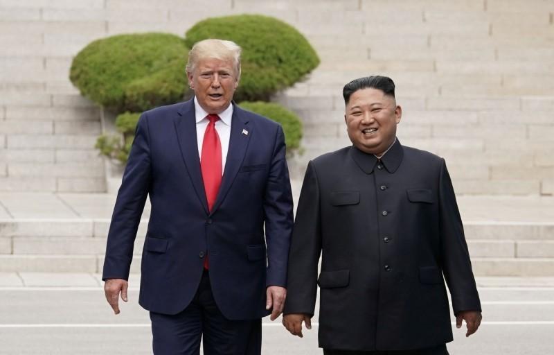 美國總統川普(圖左)表示,他可能會在本週末與金正恩(圖右)對話。圖為川普2019年6月30日在兩韓邊境與金正恩見面。(路透檔案照)