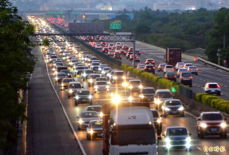 收假了,中山高台南仁德路段傍晚起湧現車潮。(記者吳俊鋒攝)