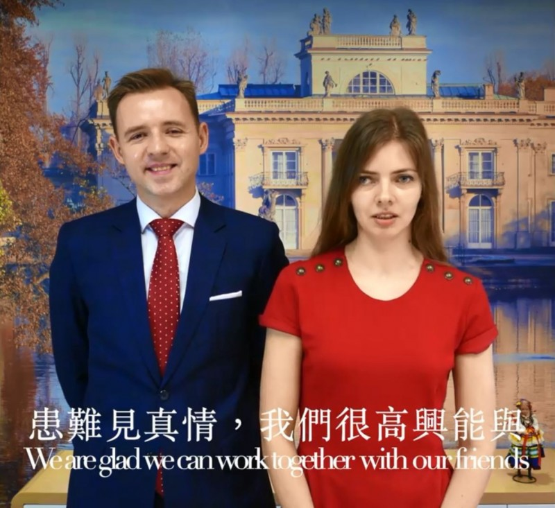 台灣捐贈50萬片口罩給波蘭,波蘭台北辦事處透過影片感謝台灣。(擷取自波蘭台北辦事處臉書)