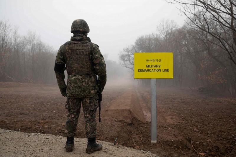 南韓前線哨所今晨在大霧的天氣狀況下遭北韓開火攻擊。兩韓軍事分界線(MDL)示意圖,非新聞當事哨所。(法新社)