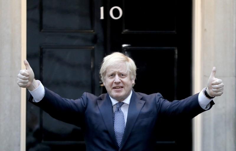 英國首相強森透露,他確診武漢肺炎病重送進加護病房時,醫生曾準備宣告他的死訊。圖為強森痊癒後在首相官邸門前為全國的醫護加油打氣。(美聯社)