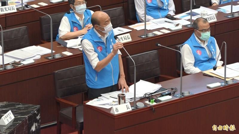民進黨要求韓國瑜現場裁示讓校園正常出借作為投開票所,韓國於答詢說當事人不適合回應。(記者李惠州攝)
