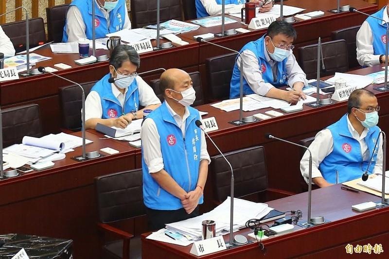 高雄市長韓國瑜與民進黨高市議員黃文益,在全面篩檢醫護上進行攻防,韓國瑜指出,「你大聲不代表我說謊」。(記者李惠洲攝)