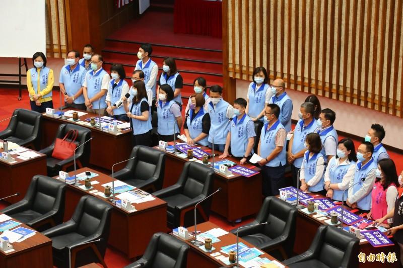 高市議會國民黨團詢問防疫相關議題,做球讓韓國瑜答詢。(記者李惠洲攝)