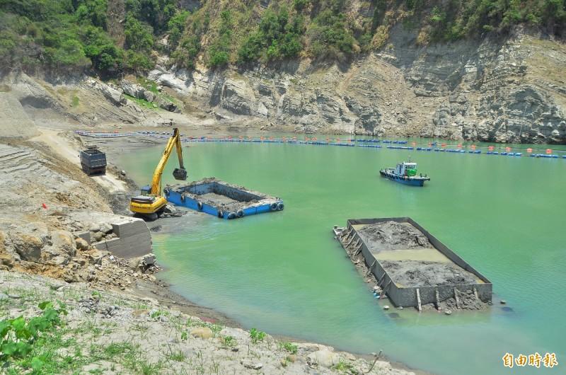 曾文水庫利用枯旱期時,展開抽泥、抓泥的清淤作業。(記者吳俊鋒攝)
