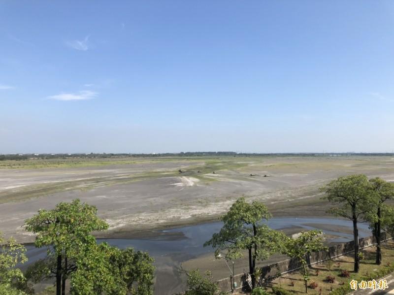 高屏溪攔河堰出現沙洲,再創21年最枯紀錄。(記者陳文嬋攝)