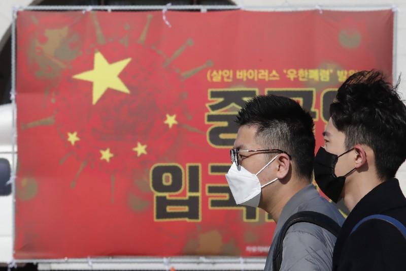 武漢肺炎重創全球,中國傳有內部報告警告,全球「反中情緒」已達1989年六四天安門事件以來的新高。圖為南韓民眾今年2月張貼海報,要求政府禁止中客入境。(美聯社檔案照)