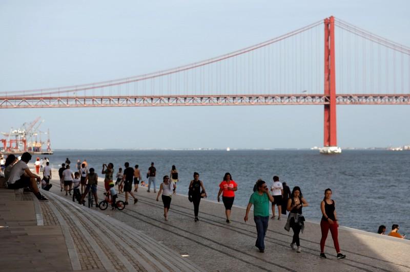 許多葡國民眾在週日前往里斯本的太加斯河邊散步。(路透)