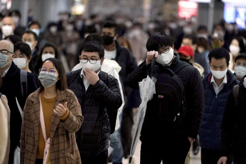 日本預計今(4日)晚將宣布緊急狀態延長到5月31日,實施範圍仍然是全國都道府縣。日本東京通勤民眾示意圖。(美聯社)