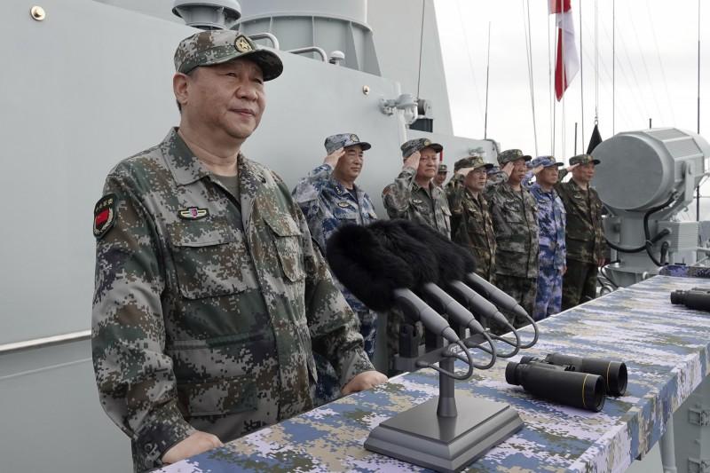 喬良強調,北京應該明確表示,現在的首要任務不是奪下台灣,而是實現習近平(見圖左)所謂的「中國夢」。(美聯社檔案照)