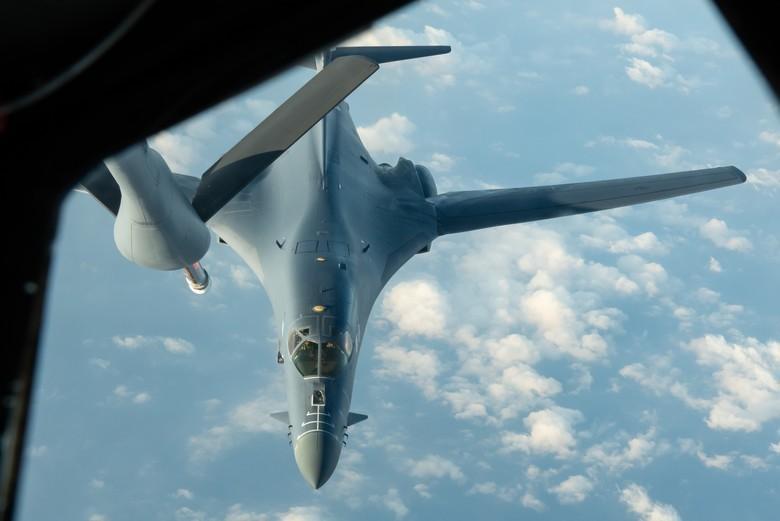 美國B-1B「槍騎兵」超音速戰略轟炸機,4月28日執行印度太平洋地區的轟炸機特遣隊任務,在32小時的往返飛行途中,由第909空中加油中隊的KC-135空中加油機替B-1B進行空中加油。(圖取自美國太平洋空軍官網)