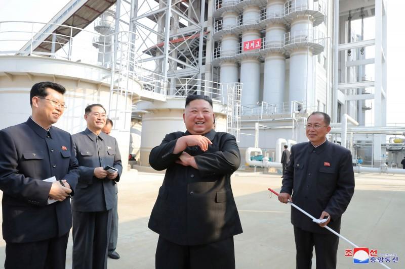 金正恩(見圖)1日參加肥料工廠竣工典禮,照片曝光引發外界質疑。(路透檔案照)