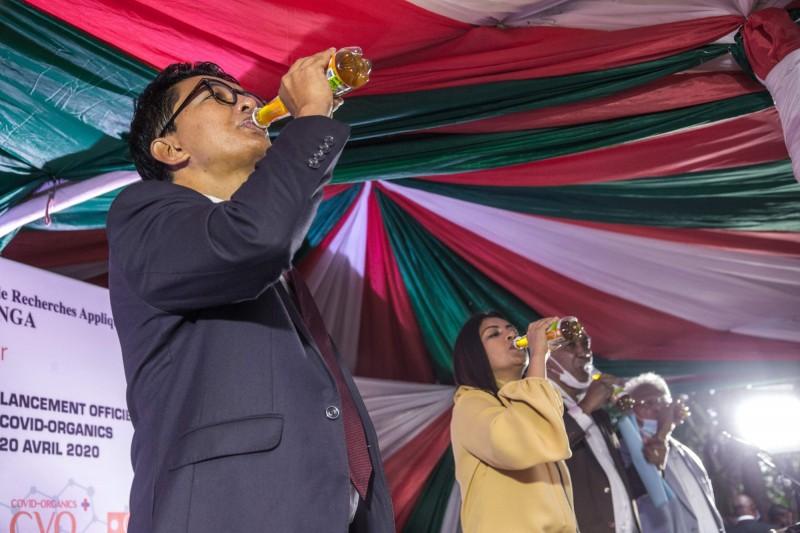 馬達加斯加總統拉喬利納(Andry Rajoelina,圖左)聲稱藥草茶可治癒武漢肺炎並當場暢飲,從5月開始藥草茶已出口到非洲15國。(法新社)