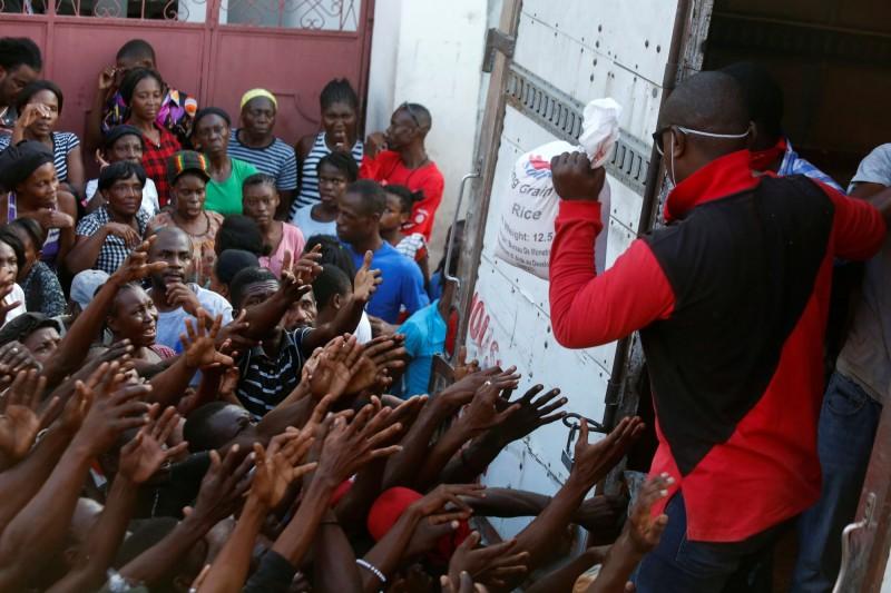 海地有脆弱的醫療系統和經濟體系,武漢肺炎的到來會對該國較貧困的民眾產生致命的影響。圖為海地民眾爭奪物資。(路透)