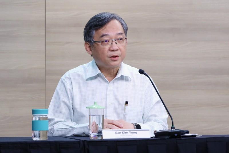 新加坡衛生部長顏金勇今日在國會上報告,截至4月26日,新加坡共有66名醫護人員及志工不幸確診,他強調並無關聯證明這些醫護人員是在院內被感染,還另提未來政府會依國內和國外的疫情狀況「選擇性小範圍」開放國境。(歐新社資料照)