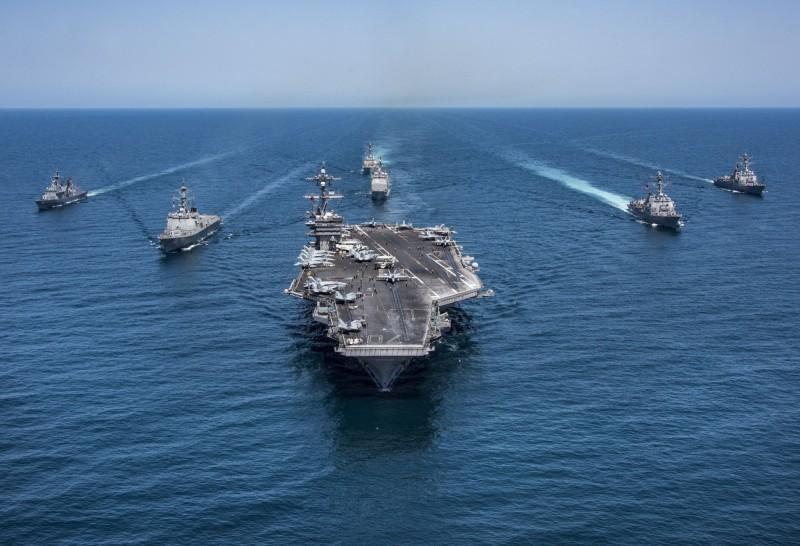 中國解放軍退役少將喬良認為,若中國對台發動戰爭,美軍很可能會切斷中國在南海的補給線。圖為美軍艦隊。(路透檔案照)