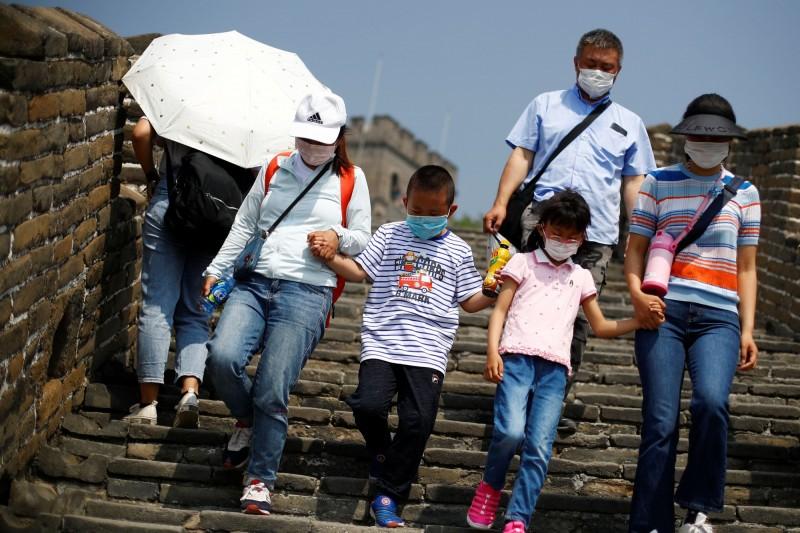 中國民眾似乎沒有因為武漢肺炎而減少五一連假出遊的興致,1日至3日中國各地累積的旅客量達到8500萬人。圖為中國遊客5月1日到萬里長城觀光。(路透)