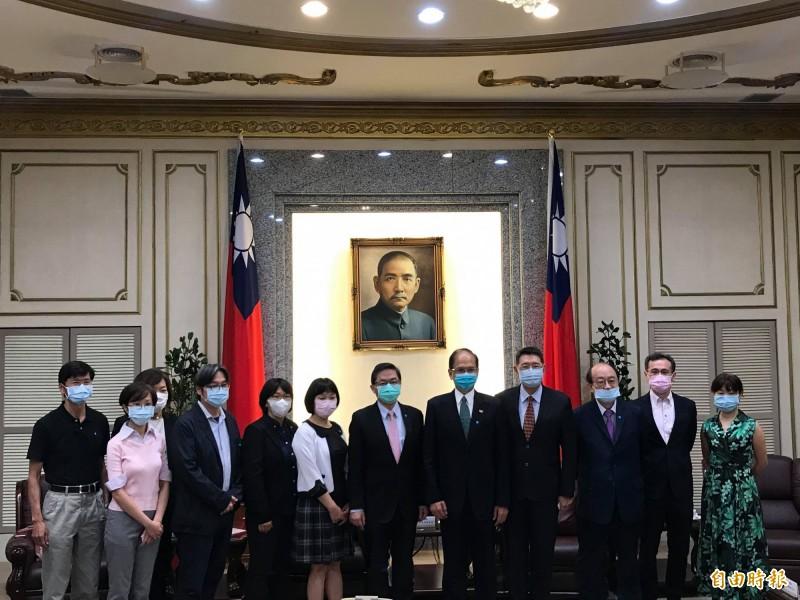 行政院促轉會被提名人、NCC被提名人今赴立法院拜會院長游錫堃。(記者彭琬馨攝)