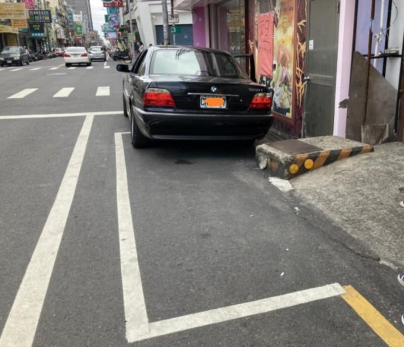 彰化和美的市區停車格竟然出現水泥基座的陷阱,讓用路人停車時自撞,後面還有民眾佔用道路的私設坡道,形同雙重陷阱。(記者劉曉欣翻攝)