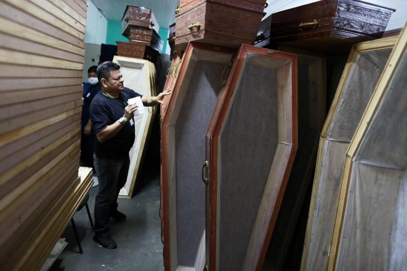 圖為瑪瑙斯市政府為市內低收入戶確診死亡病例所提供的棺材。(法新社)