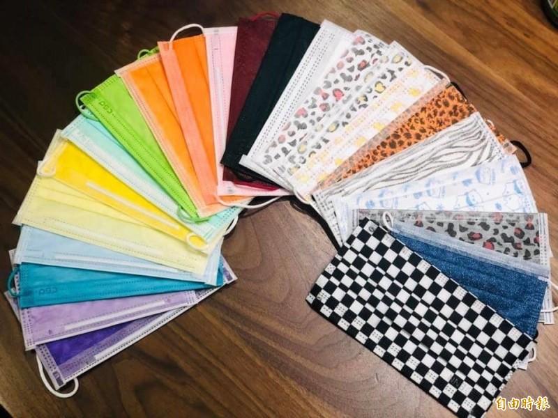 民眾收集數十種不同顏色及花紋的防疫用口罩。(資料照)