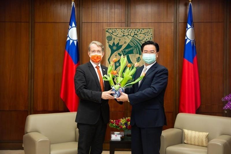荷蘭駐台代表紀維德(圖左)上月27日宣布,將「荷蘭貿易暨投資辦事處」(Netherlands Trade & Investment Office in Taipei)改名簡化為「荷蘭在台辦事處」(Netherlands Office Taipei),此舉又引來中國政府不滿。(圖翻攝自荷蘭在台辦事處臉書)
