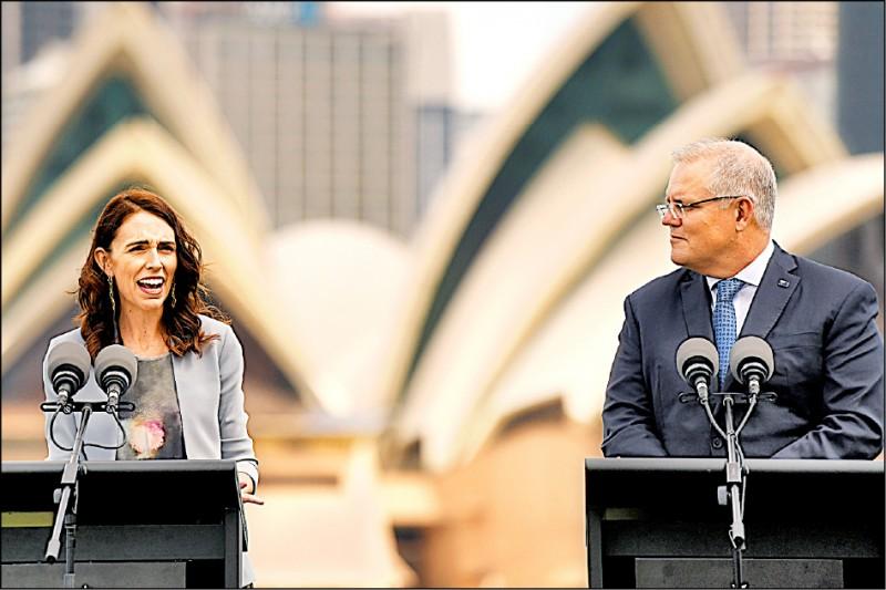 紐西蘭總理阿爾登(左)五日參加總理莫里森(右)主持的內閣會議,討論紐、澳兩國雙向開放邊界、成立隔離圈的構想。(歐新社)