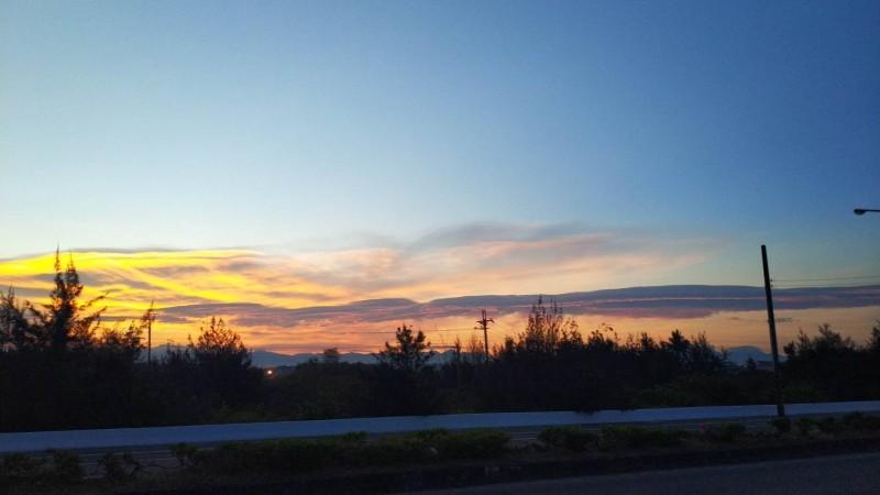台南天空今天出現雲光變幻美景。(記者洪瑞琴翻攝)