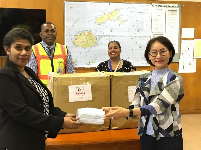 斐濟藥品生醫處總藥檢師Ilisabeta Pesamino(左)接受黎倩儀(右)捐贈首批口罩7千片。(取自我駐斐濟辦事處官網)