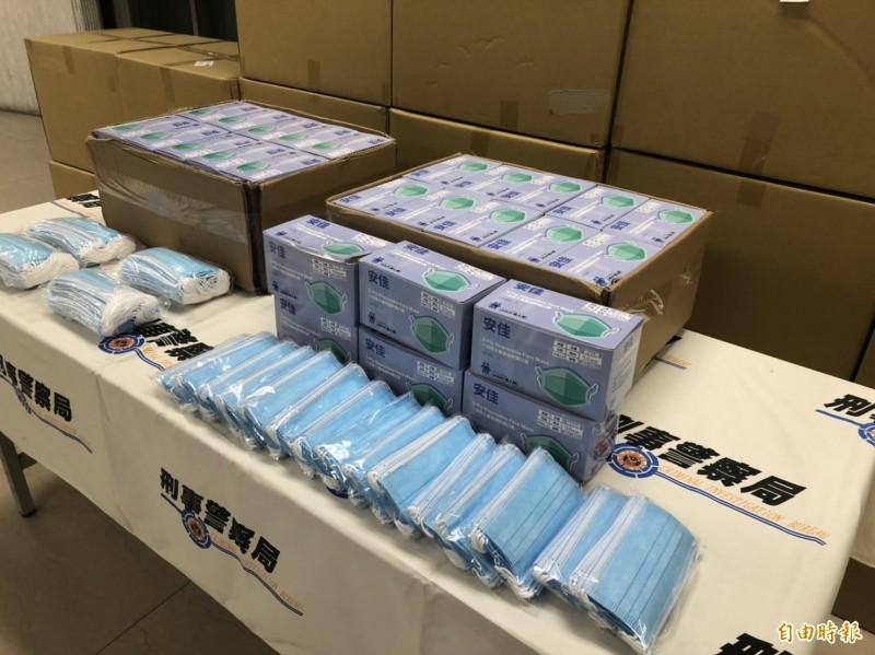 警查扣醫療用口罩2550片,以及1萬6000片的其他口罩16箱。(記者邱俊福攝)