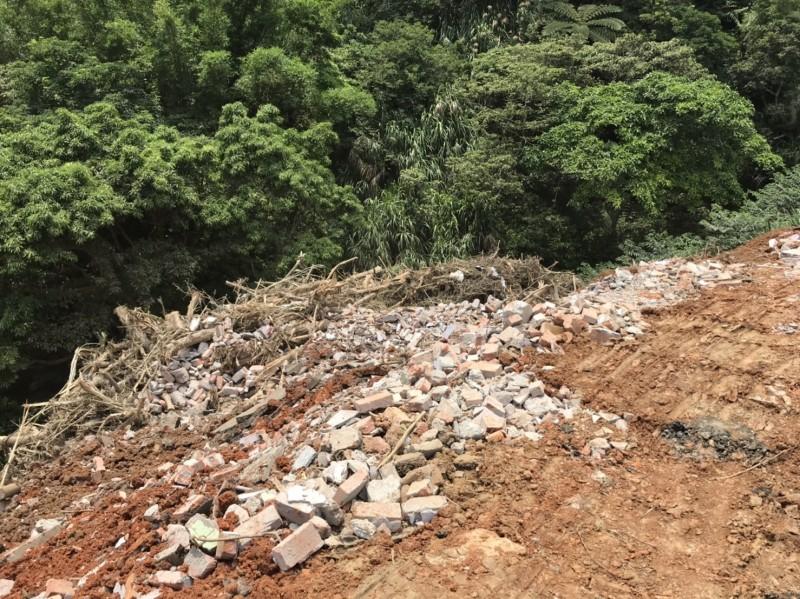 新竹縣新埔跟湖口交界的照鏡山區再查獲農民為了整地而引入廢棄物填「谷」。(記者黃美珠翻攝)