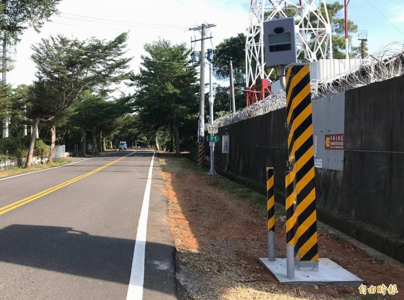 西濱彰化段區間測速出包,原訂今年設置的139線區間急喊停,目前139線21公里處有測速照相桿抓違規超速。(記者湯世名攝)