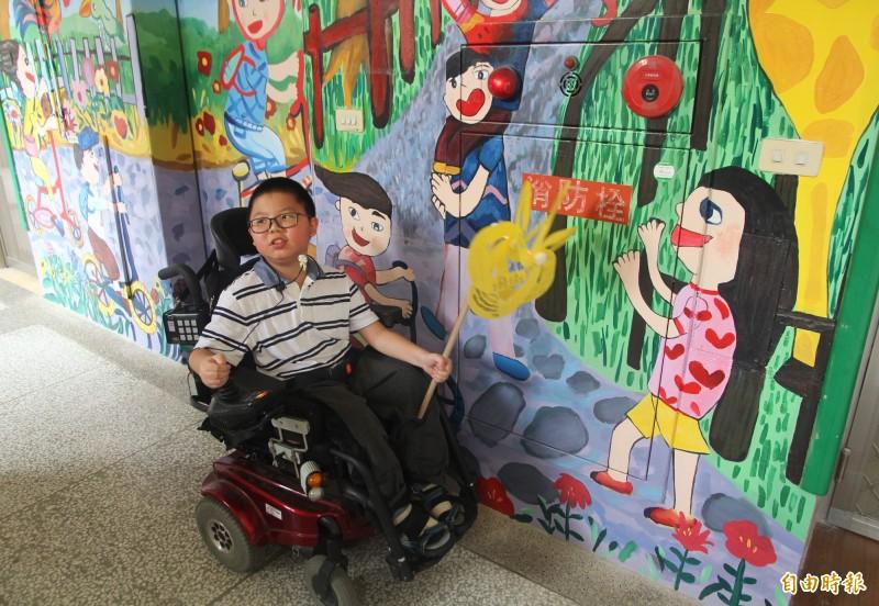 田心國小生命小鬥士簡冠禾的畫作,被學校複製到整修的無障礙公廁外牆,整個外牆更顯生動活潑。(記者李容萍攝)