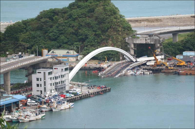 南方澳跨港大橋去年發生斷橋意外,運安會後續將朝五大疑點。(資料照)