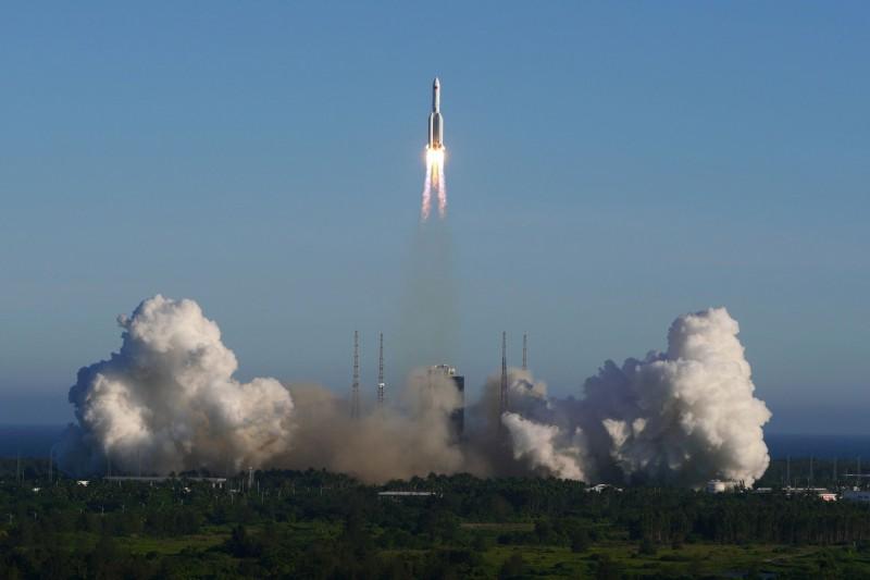 中國最大的長征五號B運載火箭(見圖)在昨晚間6時許,在海南省的文昌航天發射場進行首次飛行任務。(路透)