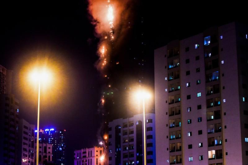 阿拉伯聯合大公國一棟48層樓的住宅大樓起火燃燒,造成7人受傷。(法新社)