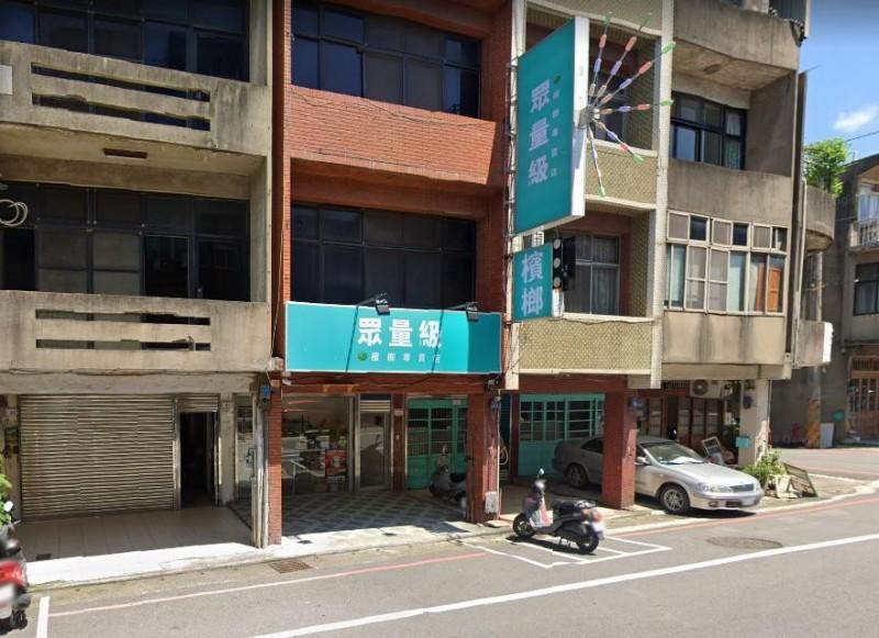 只見「眾量級檳榔攤」的外觀招牌以青色為背景,白字寫上眾量級檳榔專賣店,配色像極民眾黨。(擷取自GOOGLE MAP)