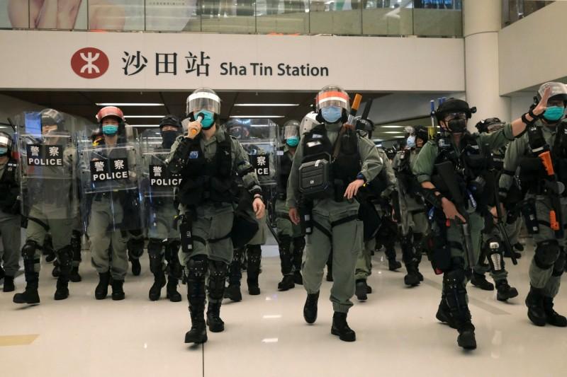 中國國務院港澳辦高調回應,指黑暴一日不除,香港一日不寧。照片為香港警察在五一假期加強部署,防止示威者聚集。(路透)