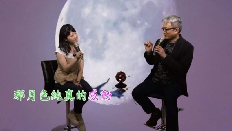 高嘉瑜(左)、杜奕瑾(右)合唱《私奔到月球》,讓鄉民們如癡如醉。(圖取自美國在台協會臉書)