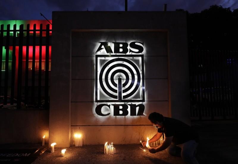 菲律賓最大電視台ABS-CBN遭當局斷訊,引發各界震驚,並擔憂疫情資訊傳播受到影響。(美聯社)