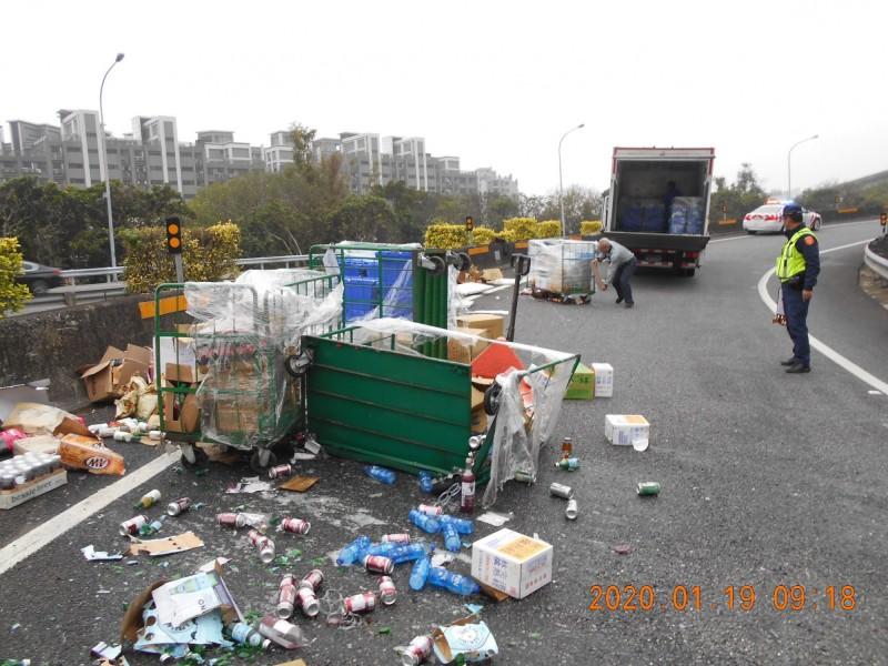 車輛裝載貨物掉落每年逾4萬件,立委提案擬提高罰鍰至1.8萬。(示意資料圖)