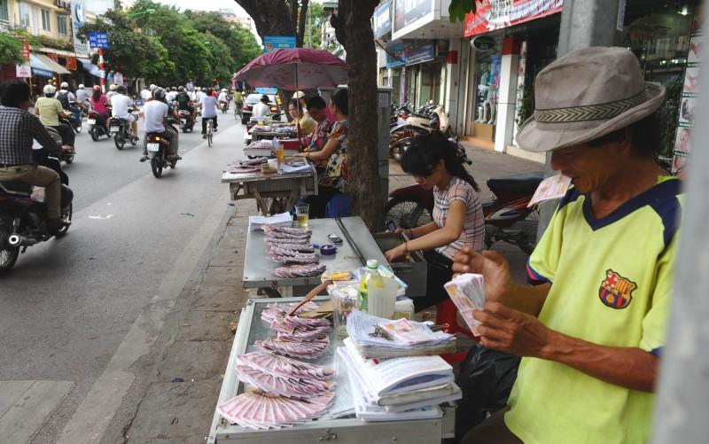 越南一名阮姓養豬農,2016年購買彩券幸運中了920億越南盾(約新台幣1.17億元)獎金,讓他一夜致富。彩券示意圖。(法新社)