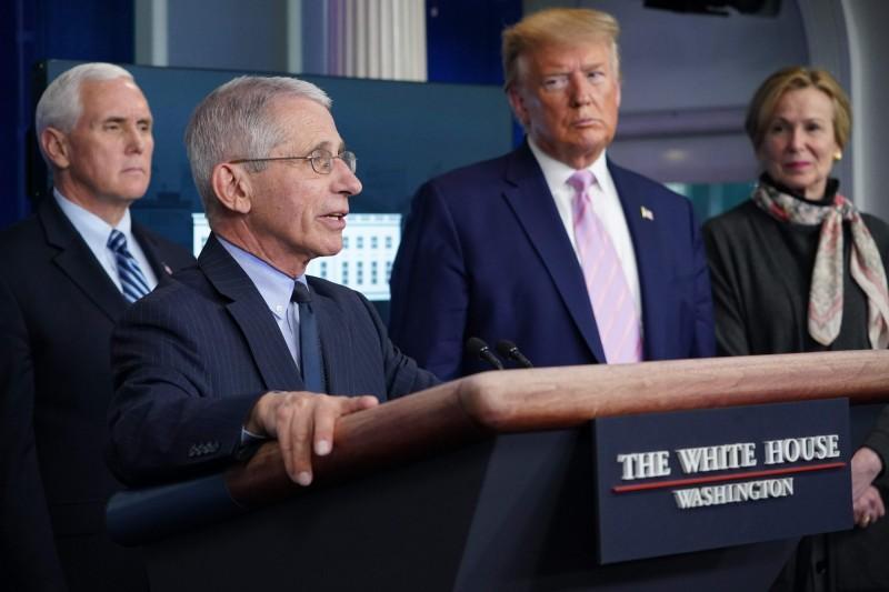美國總統川普(右二)將解散防疫任務小組。由左至右分別為副總統彭斯、防疫小組成員佛奇與柏克斯。(法新社)