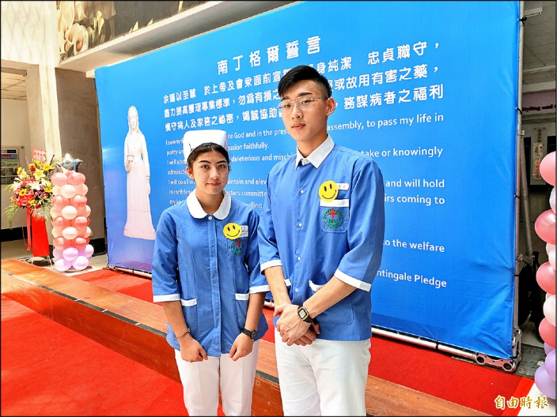 新生護專加冠典禮學生代表卜令美(左)、楊家豪(右)。(記者許倬勛攝)