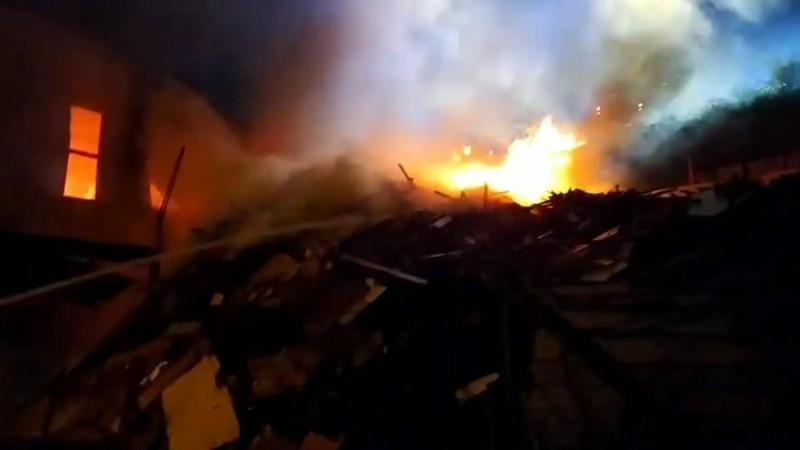 宜蘭縣三星鄉大洲村一家資源回收廠,今天凌晨發生大火,火場烈焰沖天,相當駭人。(記者江志雄翻攝)