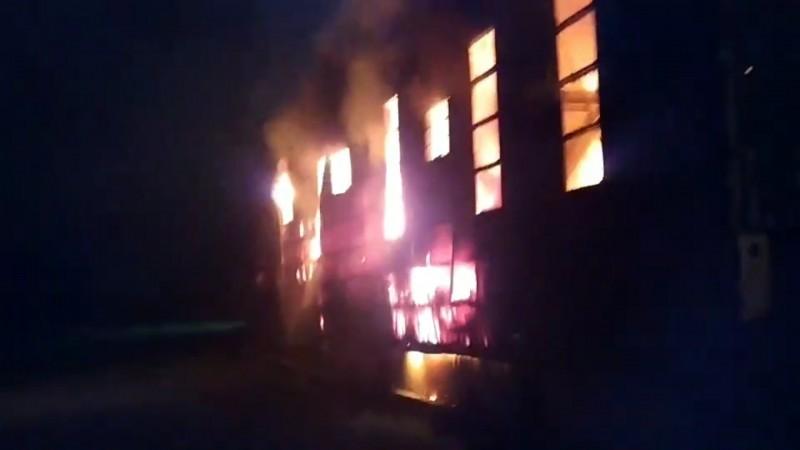起火的資源回收廠鐵皮屋內堆放大批易燃物,造成火勢一發不可收拾。(記者江志雄翻攝)