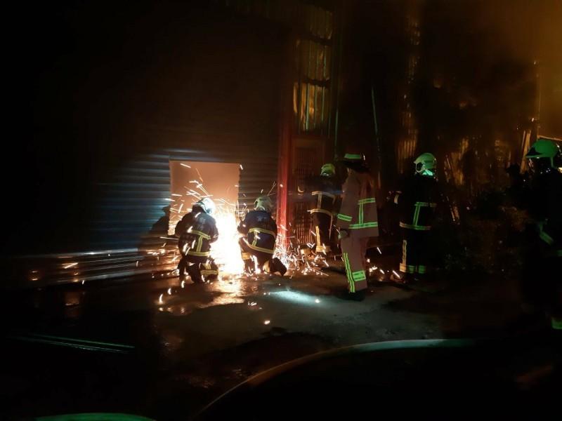 消防人員漏夜滅火。(記者江志雄翻攝)