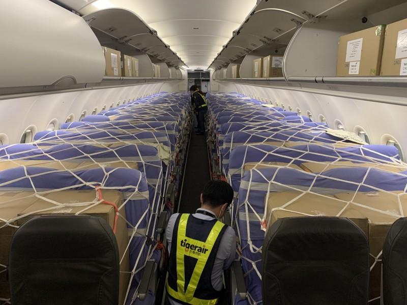 台灣虎航首班客艙載貨航班上貨完成,並在今天執飛。(台灣虎航提供)