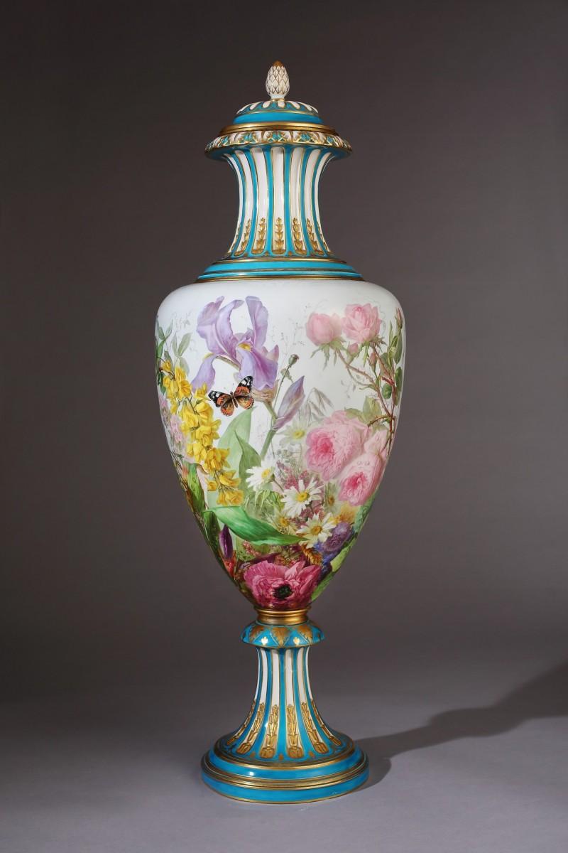 私人藏家收藏的19世紀巴黎萬博會展出的《花卉大瓶》。(鶯歌陶瓷博物館提供)