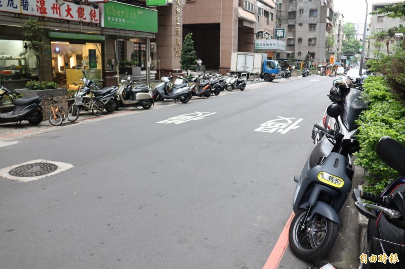 保生路22巷為路寬達6米的單行巷道,機車騎士盼塗銷單側紅線改劃停車格。(記者翁聿煌攝)